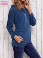 Turkusowa bluzka ze ściągaczem na dole