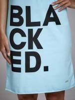 Turkusowa sukienka dresowa z napisem BLACKED