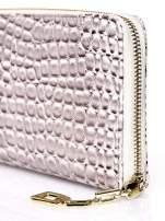 Złoty portfel kopertówka z motywem skóry krokodyla