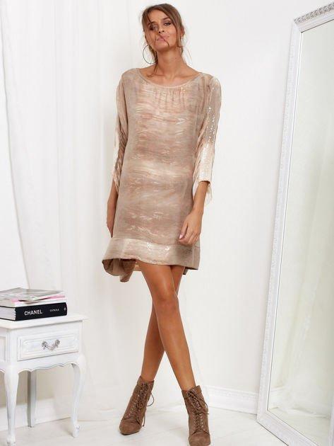 Beżowa sukienka oversize z cekinami w malarski deseń                              zdj.                              4