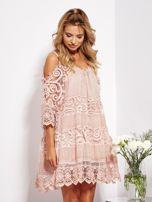 Pudroworóżowa sukienka cold shoulder z koronką i cekinowym haftem                                  zdj.                                  2