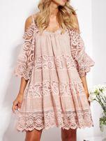 Pudroworóżowa sukienka cold shoulder z koronką i cekinowym haftem                                  zdj.                                  3