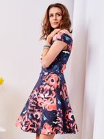 Rozkloszowana sukienka w duże kwiaty granatowa                                  zdj.                                  4