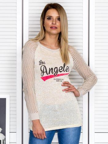 Ażurowy ciemnobeżowy sweter z napisem