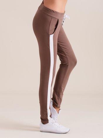 Bawełniane spodnie dresowe z lampasami brązowe