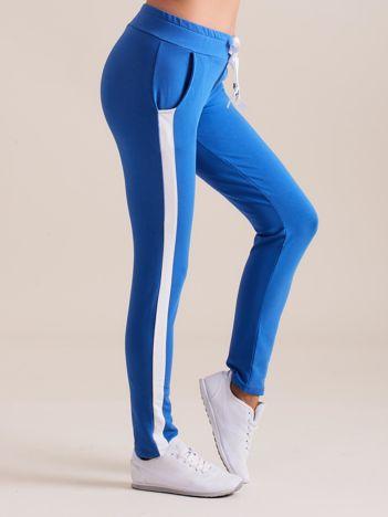 Bawełniane spodnie dresowe z lampasami niebieskie