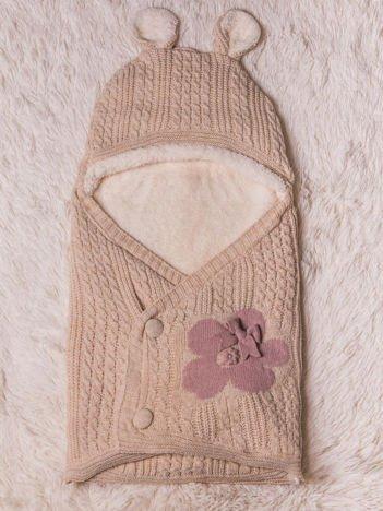 Becik rożek niemowlęcy dla dziewczynki dzianinowy na futerku zapinany na guziki z kokardką kwiatuszkiem i uszkami beżowy