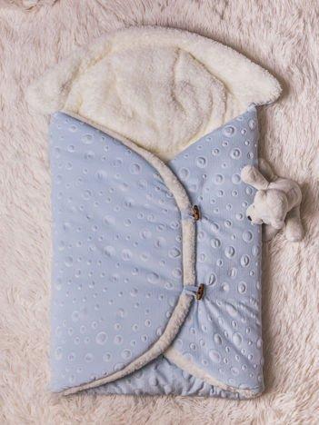 Becik rożek niemowlęcy na futerku zapinany na guziki niebieski