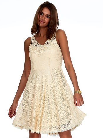 Beżowa koronkowa sukienka z ozdobnym dekoltem