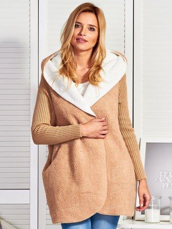 Beżowa kurtka ze swetrowymi rękawami