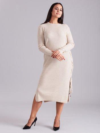 Beżowa sukienka dzianinowa z bocznym sznurowaniem