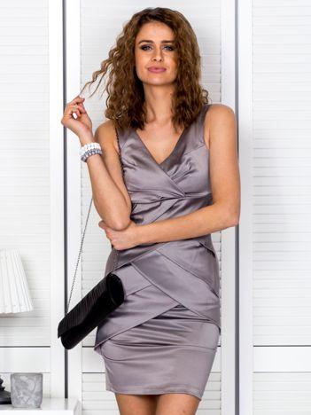 Beżowa sukienka z kopertowymi falbanami