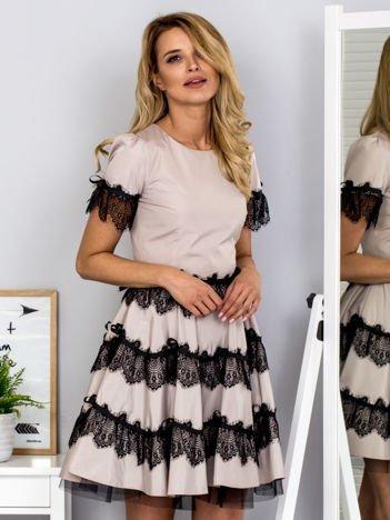 Beżowa sukienka z koronkowymi falbanami