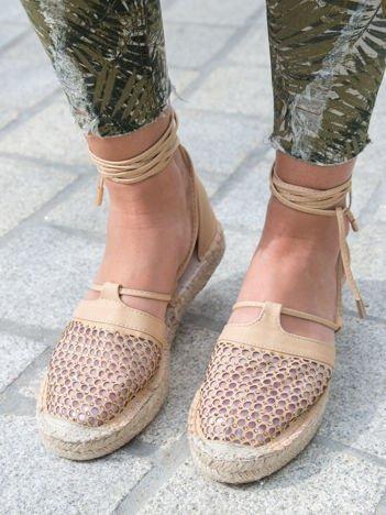 Beżowe ażurowe sandały z ozdobną siateczką i koralikami wiązane wokół kostki