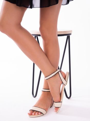 Beżowe lakierowane sandały z czarną lamówką