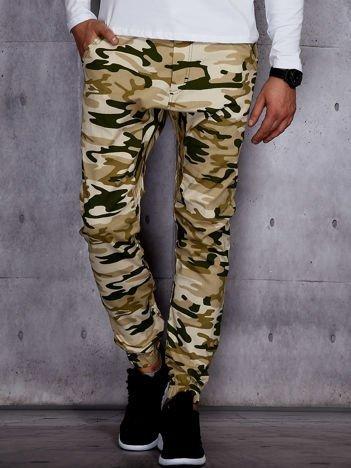 Beżowe męskie spodnie joggery we wzór moro