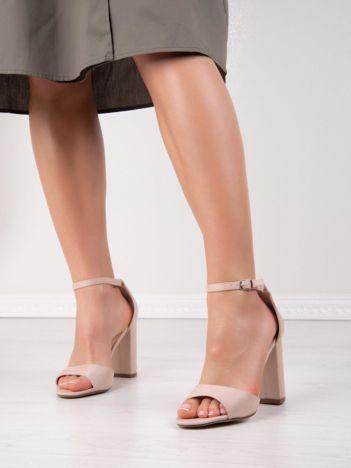 Beżowe sandały IDEAL SHOES na słupkach