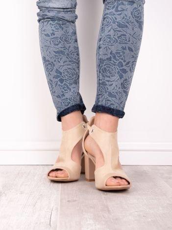 Beżowe sandały SABATINA na słupku z wciętą cholewką