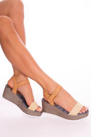 Beżowe sandały na podwyższonej platformie z ozdobnym obszyciem koturnów i beżowym paskiem