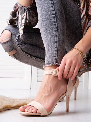Beżowe sandały na szpilkach z kwadratową sprzączką z eco zamszu