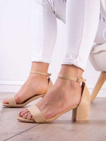 Beżowe sandały z eco zamszu na niskim klocku z zapięciem na pasek