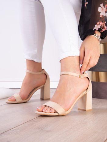 Beżowe sandały z eco zamszu na wysokim asymetrycznym słupku