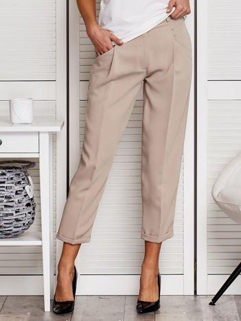Beżowe spodnie materiałowe o prostym kroju