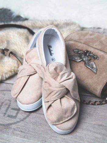 Beżowe zamszowe slipony z zaplecioną kokardą na przodzie buta