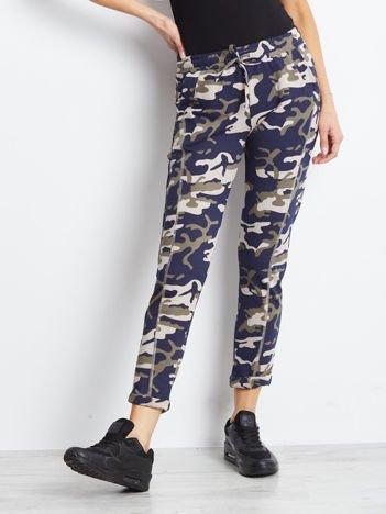 Beżowo-granatowe spodnie dresowe moro z kieszeniami