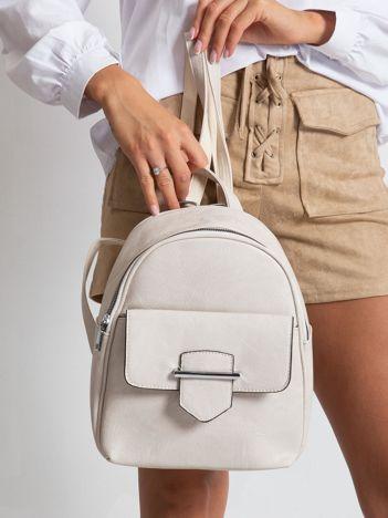 Beżowy plecak z klapką