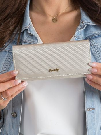 Beżowy skórzany portfel w drobny wzór