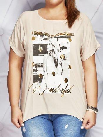 Beżowy t-shirt z fotograficznym nadrukiem PLUS SIZE