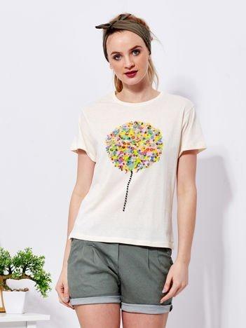 Beżowy t-shirt z kolorowym nadrukiem i perełkami