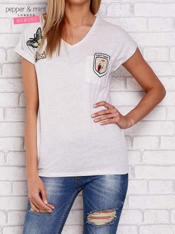 Beżowy t-shirt z naszywkami