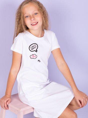 Biała bawełniana sukienka dla dziewczynki z naszywkami