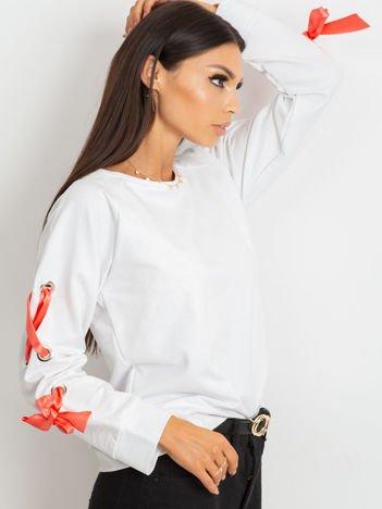 Biała bluza z kokardami na rękawach