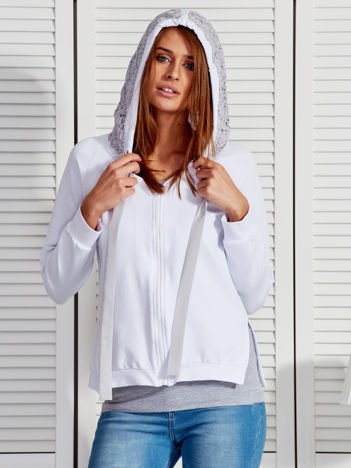 Biała bluza z koronkowym wykończeniem kaptura