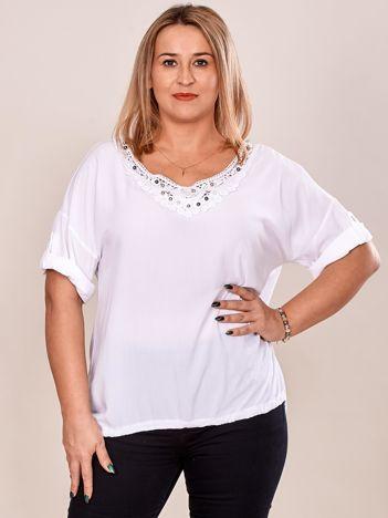 Biała bluzka oversize z koronkową wstawką i perełkami PLUS SIZE