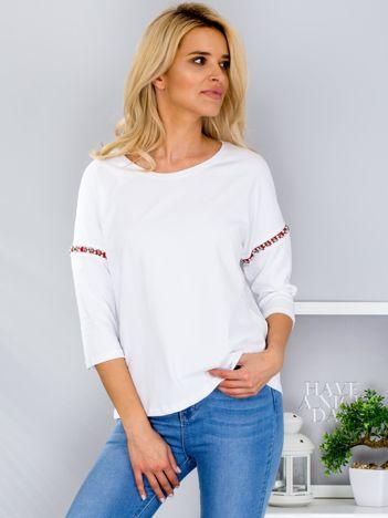 Biała bluzka z aplikacją na rękawach