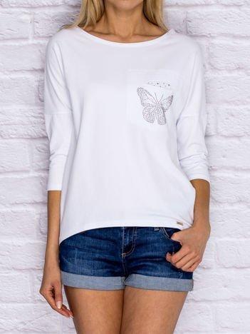 Biała bluzka z biżuteryjnym motylem