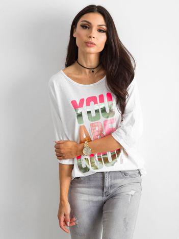 Biała bluzka z kolorowym napisem