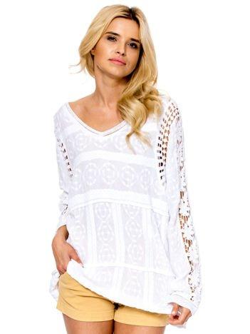 Biała bluzka z koronkowymi wstawkami na rękawach