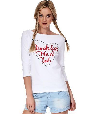 Biała bluzka z perełkami i napisem