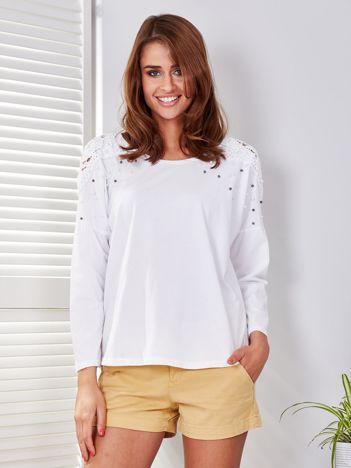 Biała bluzka z perełkami o koronkowymi wstawkami