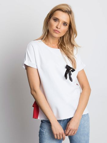Biała bluzka z przypinką i koszulowym tyłem