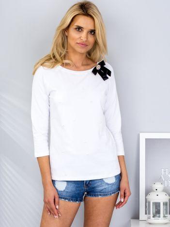 Biała bluzka z przypinką i perełkami