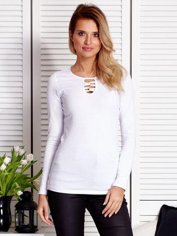 Biała bluzka ze sznurowaną wstawką