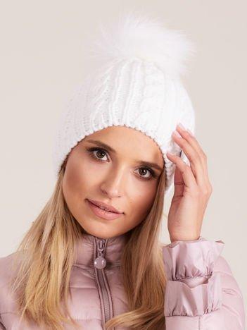 Biała czapka z pomponem w warkocze
