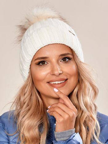 Biała damska czapka na zimę