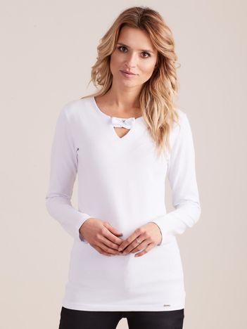 Biała dopasowana bluzka z ozdobnym dekoltem